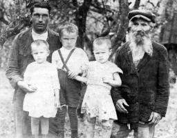 Пахомычевы: Павел, Аня, Вася и Вера, дед Александр